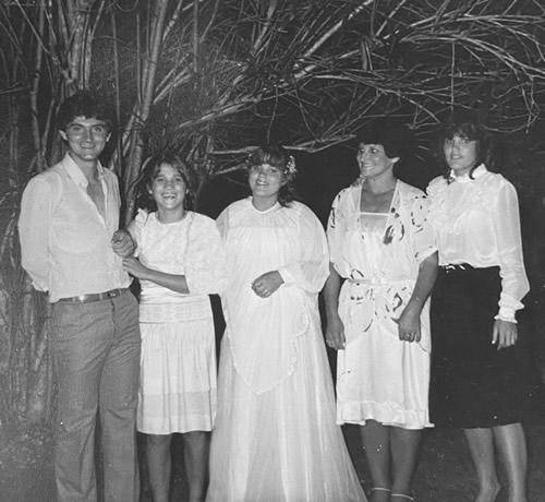 Dona Dária e seus filhos começaram a costurar as primeiras cortinas.